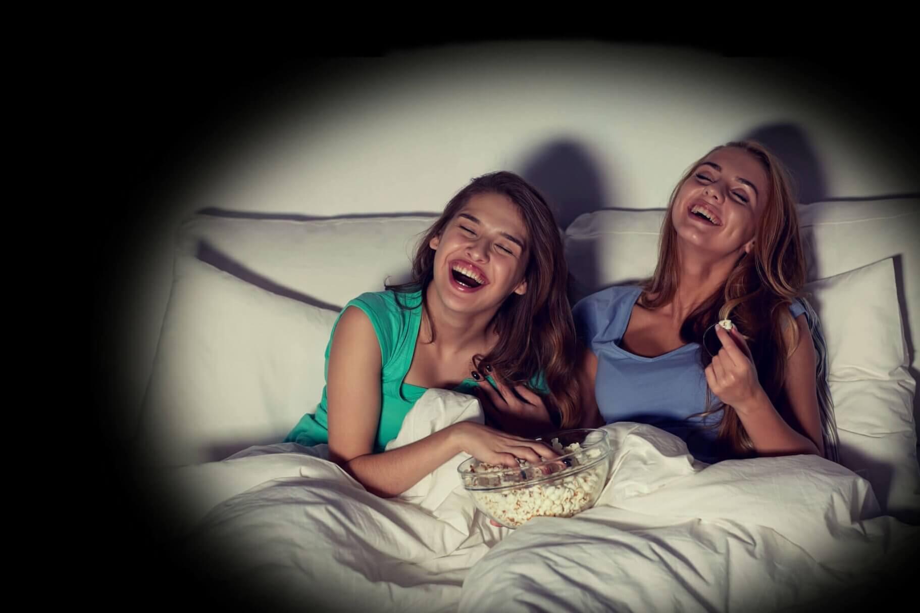 TecTecTec VPRO2 projecteur à LED DLP Soirée Cinema Filles dans leur lit